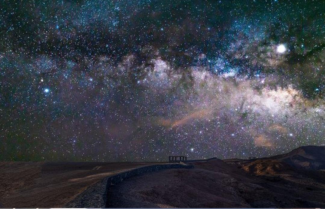 Звездное небо надо Саудовской пустыней